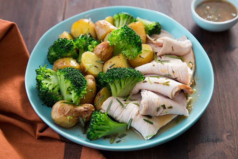 Dinde romarin pommes de terre brocolis