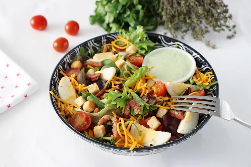 Salade ranch mesclun oeufs lardons